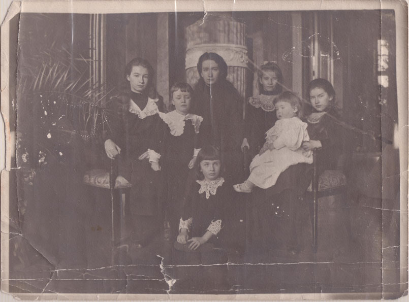The Medem Family-Dina, Peter, Ellen, Meta, Dagmar with Alexander, Fred in front